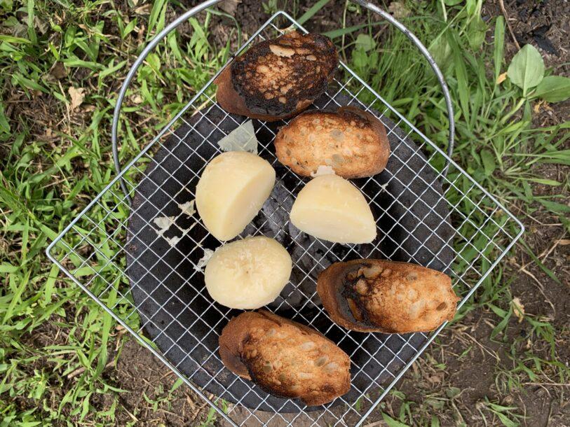 七輪で焼くじゃがいもとパン